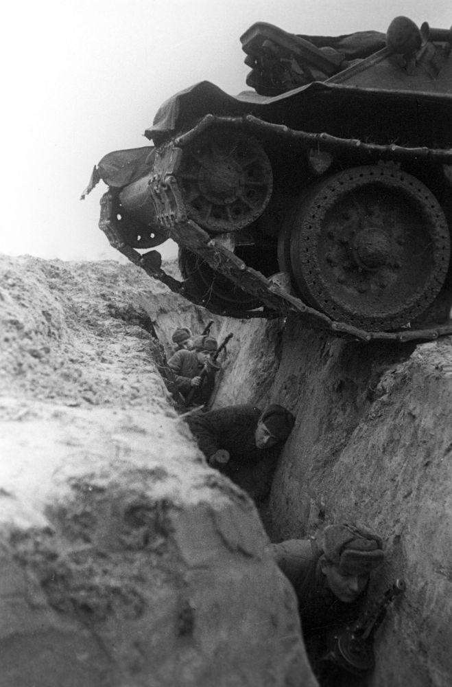 Великая Отечественная война (1941—1945). Брянский фронт. На учениях танк переходит окоп с солдатами.