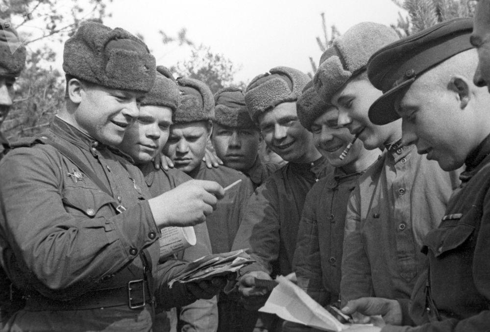 Советские воины разбирают почту. Второй Белорусский фронт.
