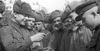 Советские воины разбирают почту. 2-ой Белорусский фронт. Великая Отечественная война 1941-1945 годов.