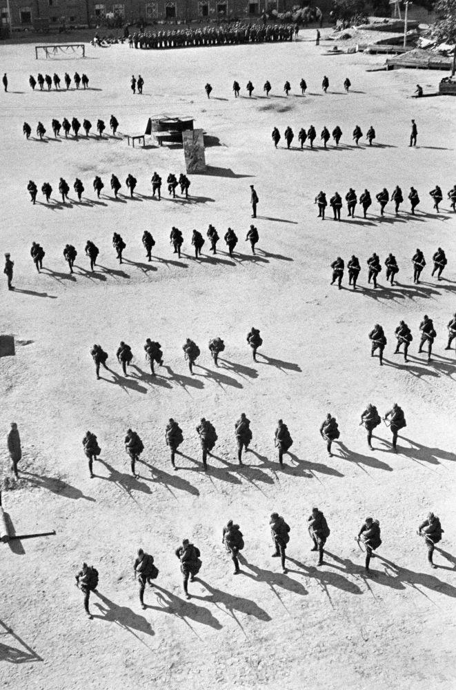 Строевые занятия резервов пехоты. Москва, август 1941 года.
