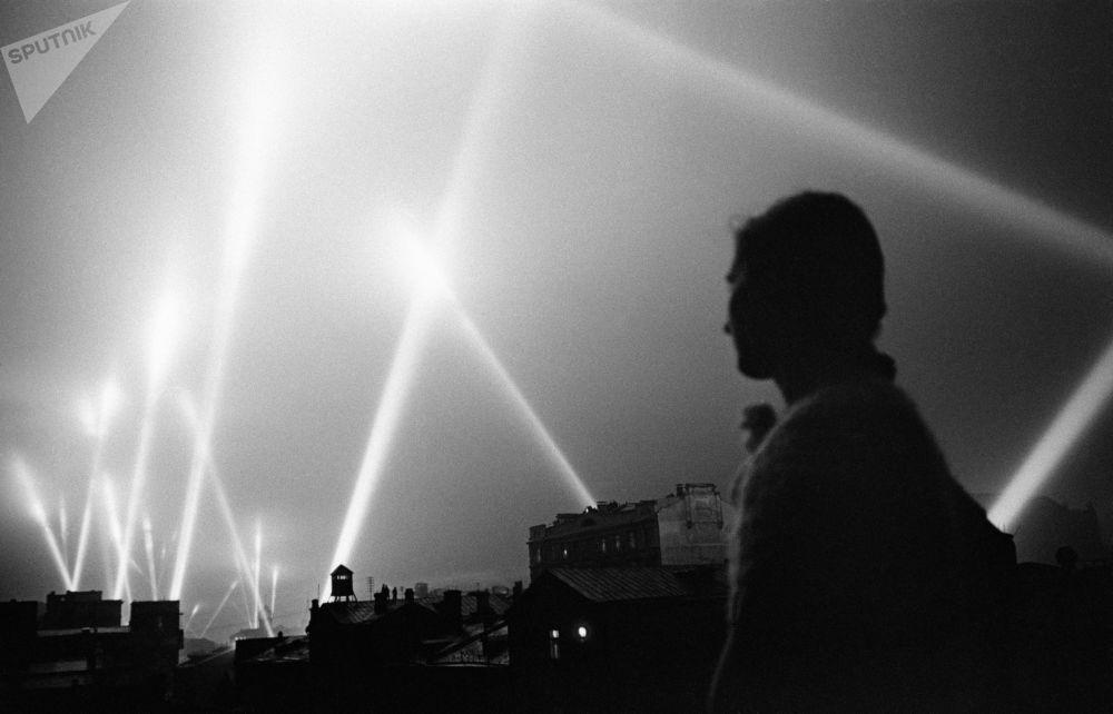 Прожекторы войск ПВО освещают небо над Москвой. Июнь 1941 года.