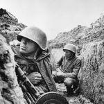 Солдаты 115-й дивизии готовятся к бою на левом берегу Невы. Ленинградский фронт.