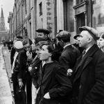 Москвичи слушают по радио правительственное сообщение о нападении фашистской Германии на Советский Союз. 22 июня 1941 года.