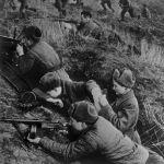 Оборона Севастополя и битва за Крым, сентябрь 1941— июль 1942 годов. Медсестра К. Михайлова во время боя перевязывает раненого.