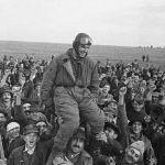 Жители деревни Омолица приветствуют советского летчика Семена Бойко, первым прилетевшего  на югославскую землю