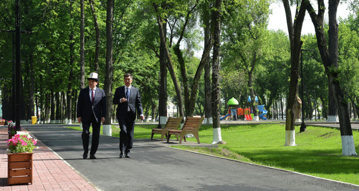 Президент Кыргызской Республики Сооронбай Жээнбеков на открытии памятника Герою Советского Союза Чолпонбаю Тулебердиеву. Памятник установлен в одноименном парке в городе Бишкек. 7 мая 2020 года