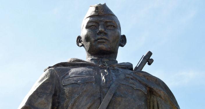 Памятник Герою Советского Союза Чолпонбаю Тулебердиеву в одноименном парке в городе Бишкек. 7 мая 2020 года