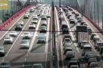 В Китае закрыли связывающий два города автомобильный мост после того, как сильный ветер вызвал вибрацию мостовых конструкций.