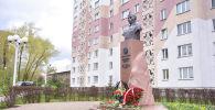 Церемония возложения цветов к памятнику герою Советского союза Жумашу Асаналиеву в Минске