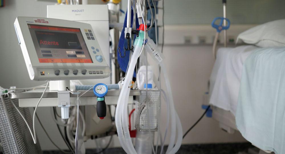 Медицинская кровать в отделении интенсивной терапии (ICU) для пациентов с коронавирусной болезнью (COVID-19) в больнице в Ванне во время вспышки коронавирусной болезни во Франции. 6 мая 2020 года