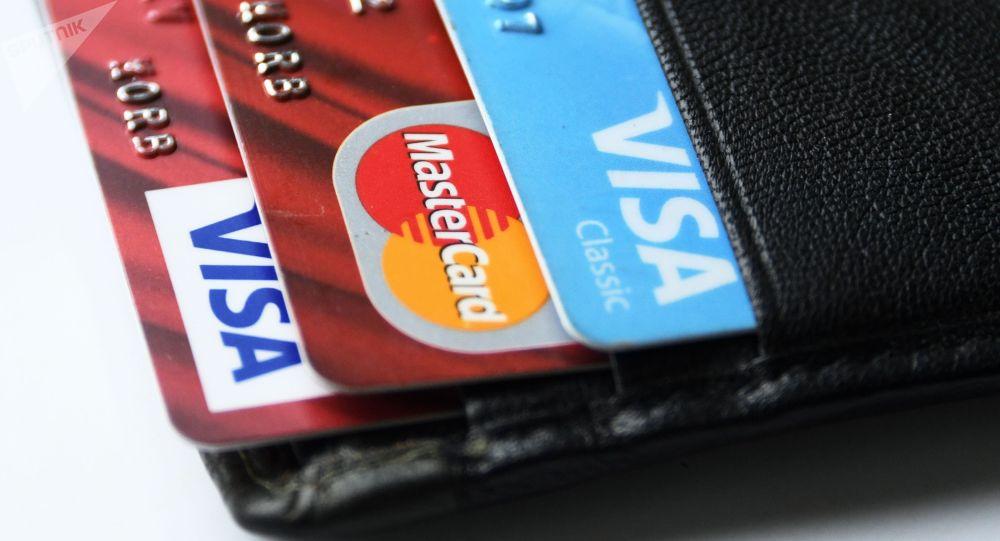 Банковские карты международных платежных систем VISA и MasterCard. Архивное фото