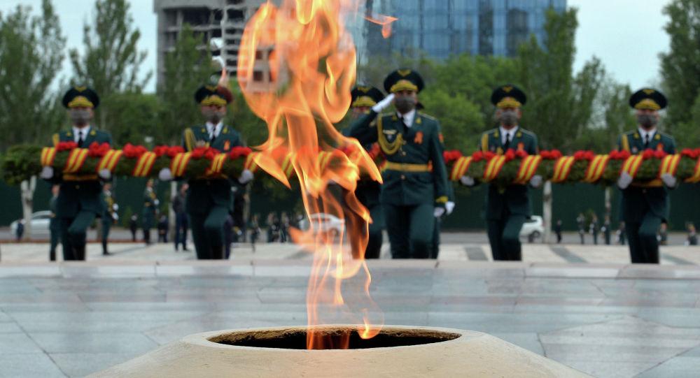 Военнослужащие Нацгвардии у Вечного огня. Архивное фото