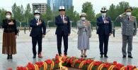 Президент Кыргызской Республики Сооронбай Жээнбеков возложил цветы к Вечному огню и минутой молчания почтил память погибших в Великой Отечественной войне.