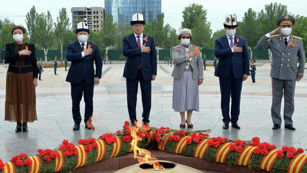 Бишкектеги Жеңиш аянтында Улуу Ата Мекендик согуштагы Жеңиштин 75 жылдыгына карата өлкөнүн биринчи адамдарынын катышуусу менен митинг-реквием өттү