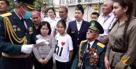 Из-за ситуации с коронавирусом 75-летие Победы над фашизмом кыргызстанцы празднуют на карантине. Мы показываем, как это выглядит с улицы.
