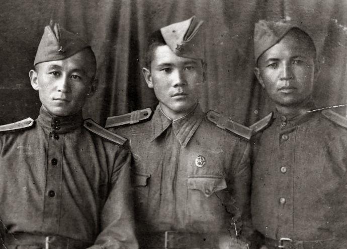 Ветеран Великой Отечественной войны, курсант военного училища Ишен Тойчубеков (первый слева) в Фрунзе. 1943 год