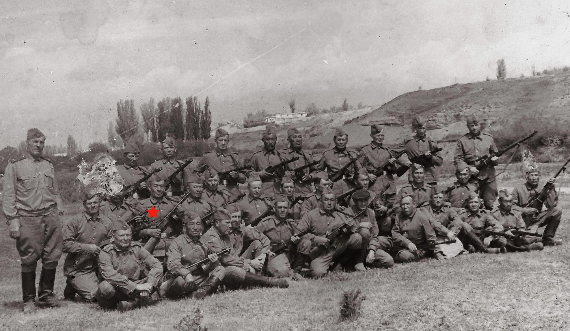 Ветеран Великой Отечественной войны Усен Саруев с однополчанами. 1946 год