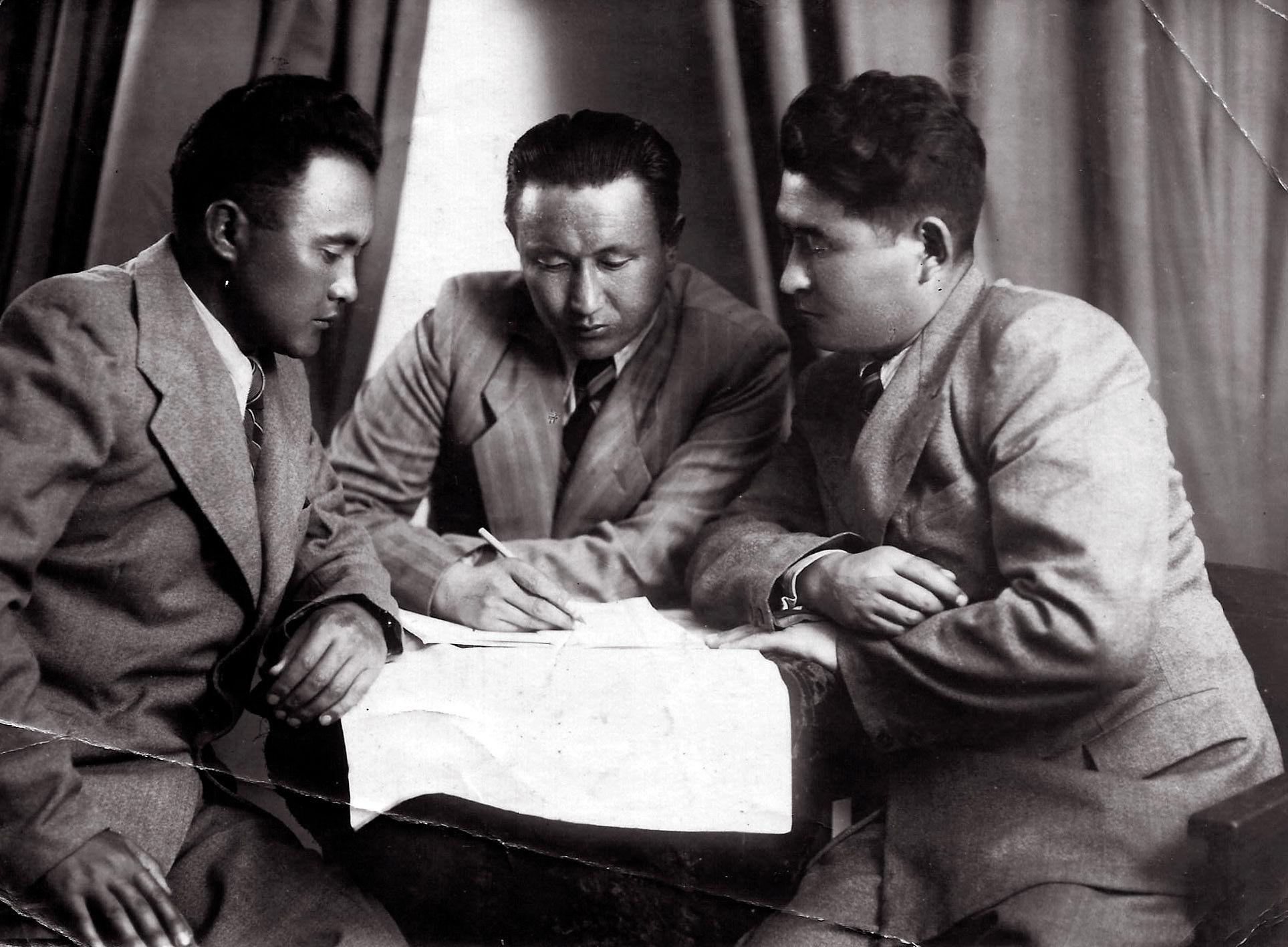 Ветеран Великой Отечественной войны Асан Эркинбаев (слева первый) во время учебы в высшей школе партии в Москве. 1952 году