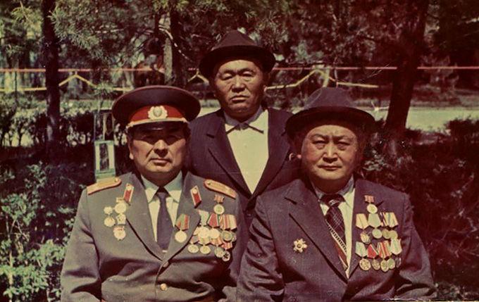 Ветеран Великой Отечественной войны Таштанды Ибраев (слева первый) с другими ветеранами в селе Туп в 1988 году.
