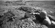 Улуу Ата Мекендик согуш. Окопто отурган советтик аскер. Архивдик сүрөт