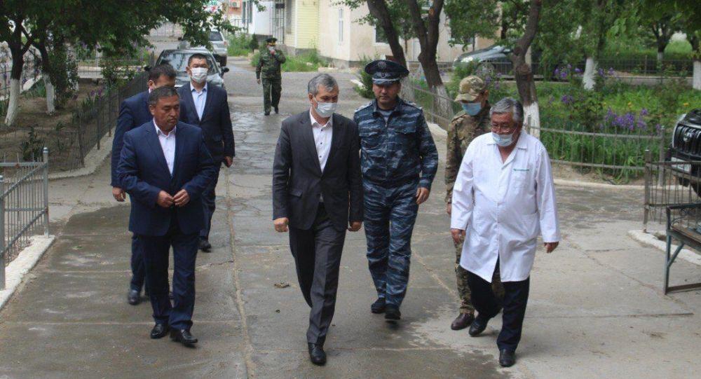 Вице-премьер Акрам Мадумаров в рамках рабочей поездки в Баткенскую область навестил в больнице военнослужащих, получивших ранения в ходе произошедшего накануне инцидента на кыргызско-таджикском участке границы.