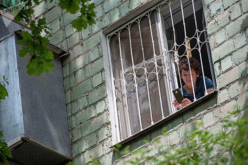 Жители столицы открыли окна и балконы и исполнили песню День Победы в честь тружеников тыла, ветеранов и участников Великой Отечественной войны.