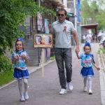 Некоторые граждане, вышли во дворы с фотографиями родных, участвовавших в ВОВ, так они отдали дань уважения воинам, подарившим нам мир.
