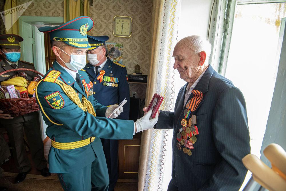 В Кыргызстане ветеранов, а также тружеников тыла наградили юбилейной медалью 1941–1945–жылдардагы Улуу Ата Мекендик согуштагы Женишке 75 жыл от имени президента КР.