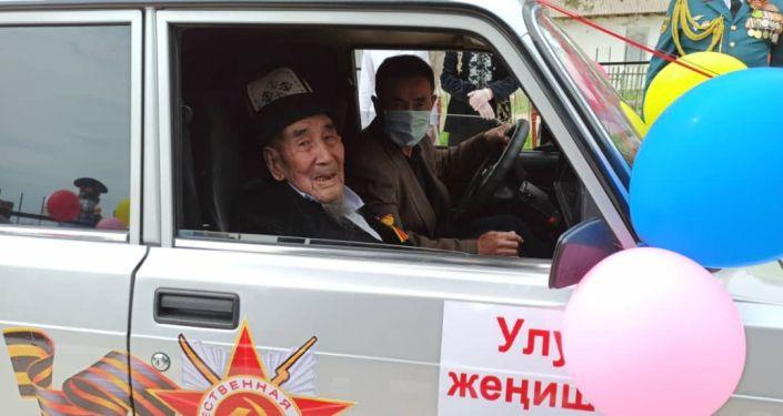 Для двух ветеранов Великой Отечественной войны в Ала-Букинском районе подарили автомобиль марки ВАЗ 2107