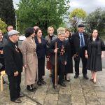 Абхазиядагы Улуу Ата Мекендик согуштун ардагерлери Гудаутта абхаз жана россиялык аскер кызматкерлеринен куттуктоолорду кабыл алып жатат
