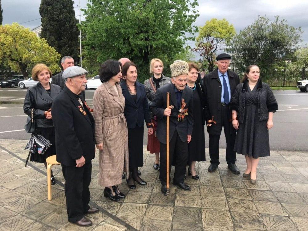 Ветераны Великой Отечественной войны Абхазии в Гудауте принимают поздравления от абхазских и российских военнослужащих.