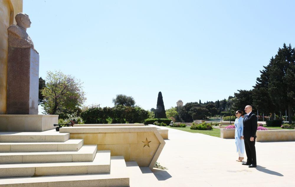Азербайжандын президенти Илхам Алиев жубайы Мехрибан Алиева менен Советтер Союзунун эки жолку баатыры Ази Аслановдун мүрзөсүнө барышты