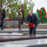 Армениянын президенти Армен Саркисян Еревандагы Жеңиш паркында Өчпөс отко гүлчамбар койду