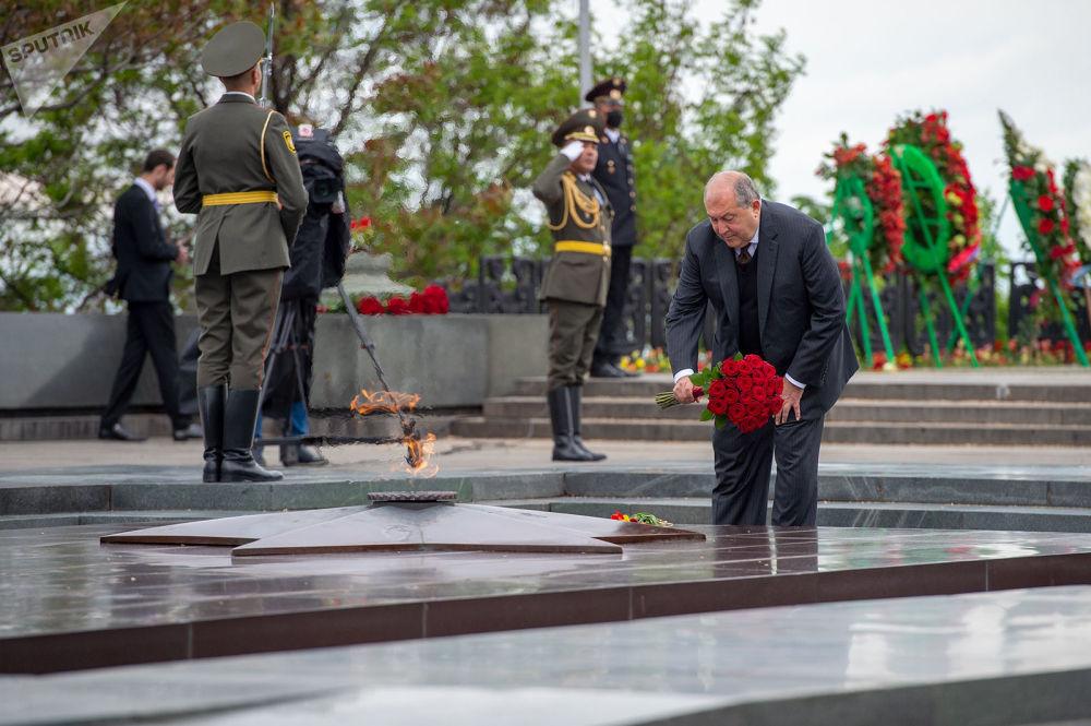 Президент Армении Армен Саркисян возложил цветы к Вечному огню в парке Победы в Ереване