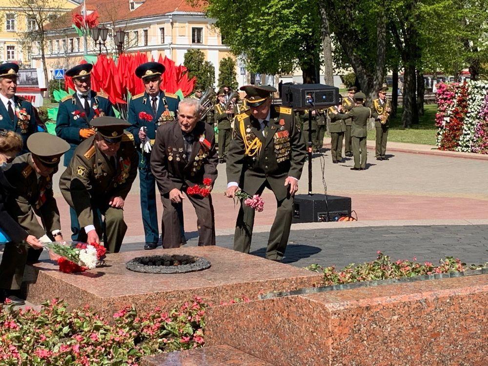 Куралдуу күчтөрдүн ардагерлери Гродно шаарында (Белоруссия) согушта курман болгондордун элесине арнап гүлчамбар коюшту