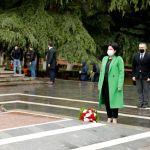 Грузиянын президенти Саломе Зурабишвили Улуу Ата Мекендик согуштун баатырларын Тбилисидеги Ваке паркында эскерди