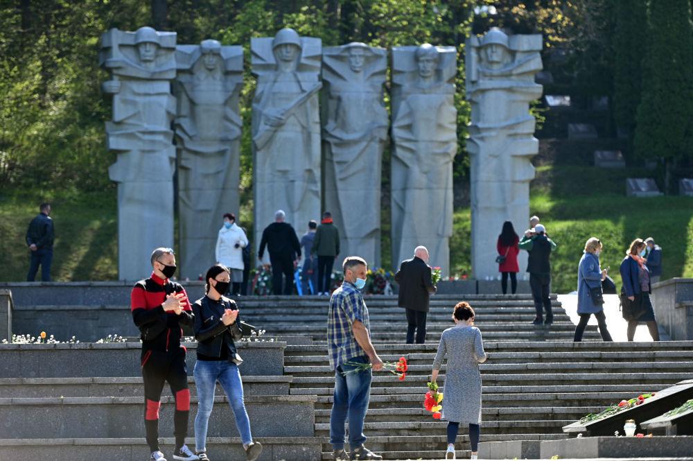 В Литве, несмотря на карантин, жители столицы отправились к мемориалам павших советских воинов, чтобы возложить цветы в честь их подвига