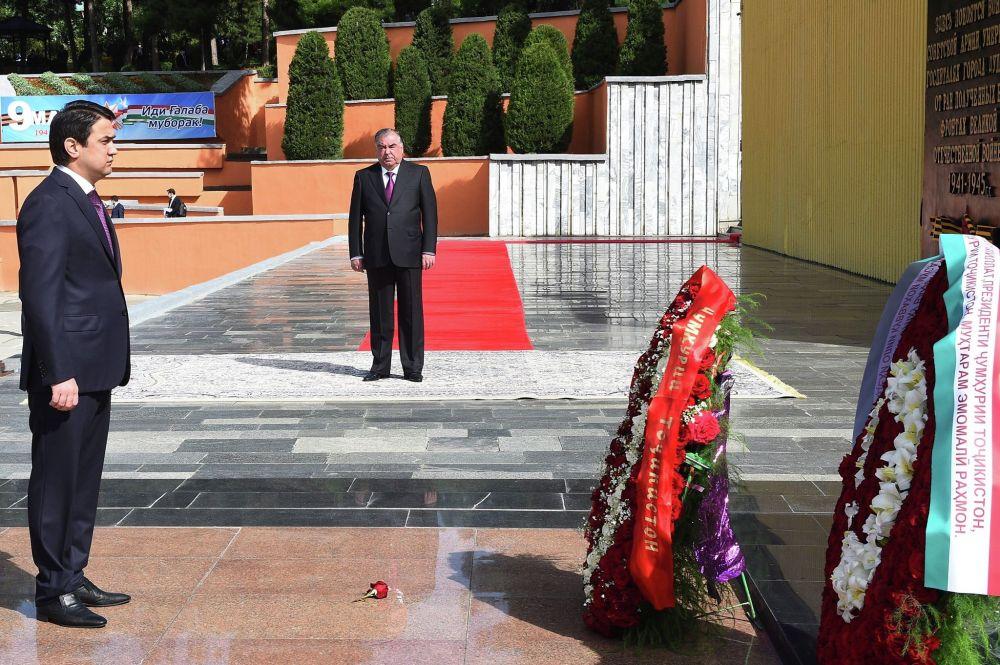 Президент Таджикистана Эмомали Рахмон и председатель верхней палаты парламента Таджикистана, мэр Душанбе Рустам Эмомали возложили венки к основанию памятника Сад Победы в Душанбе