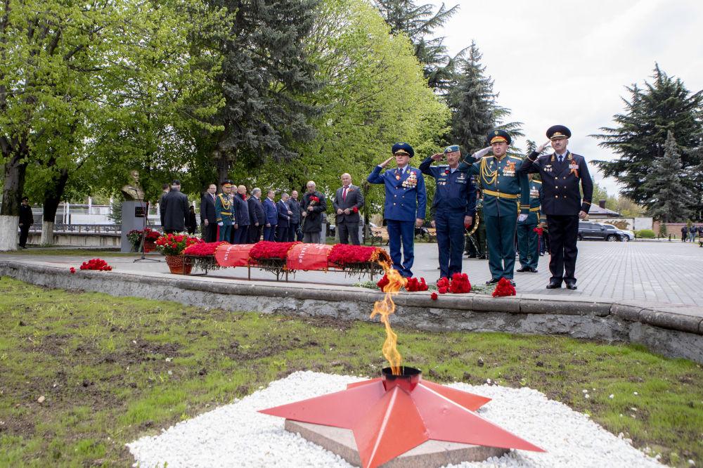 В день празднования 75-й годовщины Победы в Великой Отечественной войне в югоосетинской столице возложили гирлянду Славы у Вечного огня