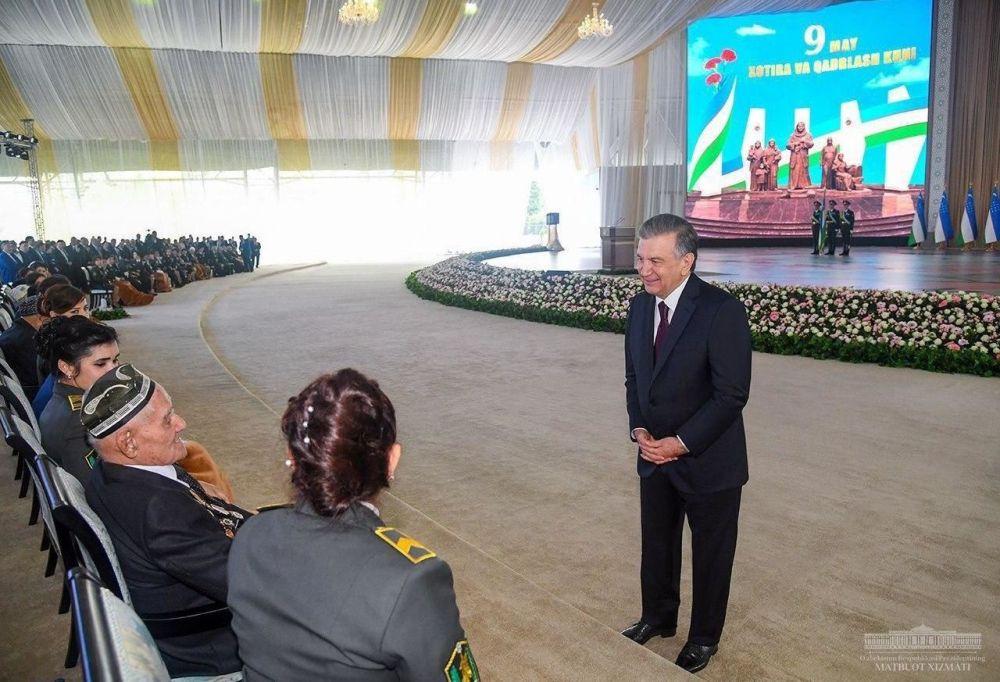 В Узбекистане президент страны Шавкат Мирзиёев поздравил ветеранов Великой Отечественной в амфитеатре парка Победы. Мероприятие приурочено к 9 мая – Дню памяти и почестей
