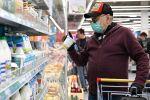 Бет кап кийген киши супермаркетте. Архивдик сүрөт