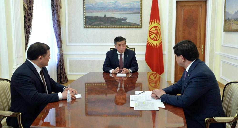 Президент Кыргызской Республики Сооронбай Жээнбеков встретился с Торага Жогорку Кенеша Дастанбеком Джумабековым и Премьер-министром страны Мухаммедкалыем Абылгазиевым. 10 мая 2020 года