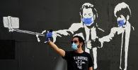 Мадриддин жашоочусу граффити менен чогуу селфи тартууда. Архив