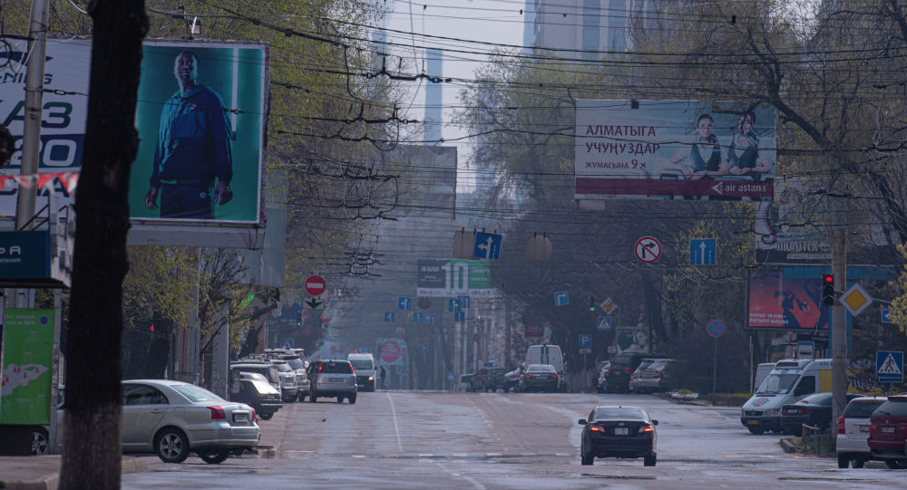 Автомобили на одной из улиц Бишкека, во время режима чрезвычайного положения из-за ситуации с коронавирусом
