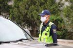 Сотрудник патрульной милиции регулирует движение. Архивное фото