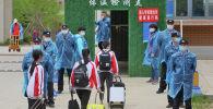 Полицейские стоят на страже у входа в среднюю школу в Китае. Архивное фото