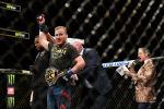 Джастин Гаэтджи из Соединенных Штатов празднует победу над Тони Фергюсоном из США в промежуточном легком титульном бою на UFC 249 на Мемориальной арене ветеранов VyStar в Джексонвилле, штат Флорида. 9 мая 2020 года