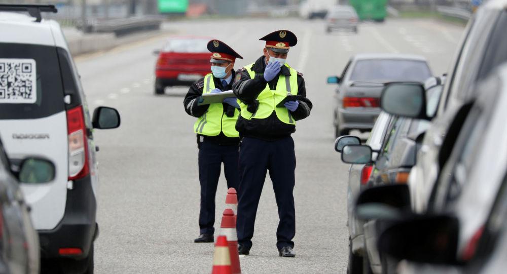 Сотрудники дорожной полиции на контрольно-пропускном пункте в Алматы, Казахстан