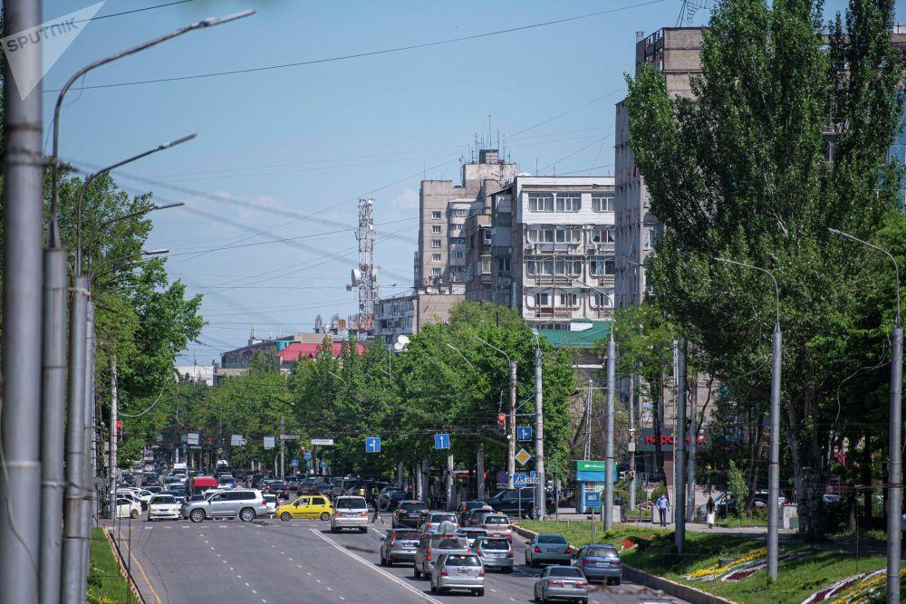 Автомобили на улице Абдрахманова, после завершения режима чрезвычайного положения в Бишкеке
