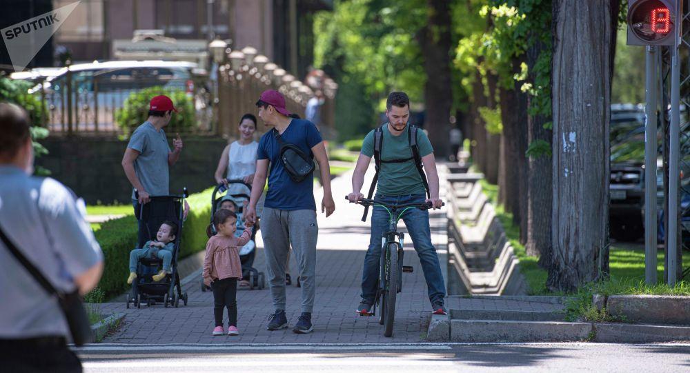 Горожане идут по одной из улиц в Бишкеке. Архивное фото